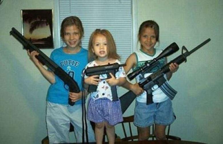 Para alguns pais dos Estados Unidos, parece que nunca é cedo demais para ensinar os filhos a carregarem armas ou até mesmo efetuarem disparos. Segundo informações do jornal The Washington Post, mais americanos morreram em 2015 por conta de disparos acidentais feitos por crianças de menos de um ano do que por tiros de terroristas