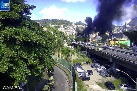 Viaduto 31 de março foi fechado após ônibus ser incendiado