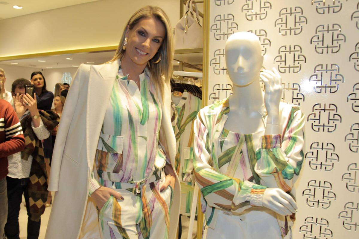 5843f228bd84c ... Ana Hickmann inaugurou sua própria loja de roupas no shopping Morumbi