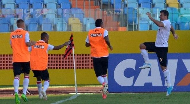 André Lima comemora gol que abriu caminho para vitória dos baianos na casa do Atlético-GO