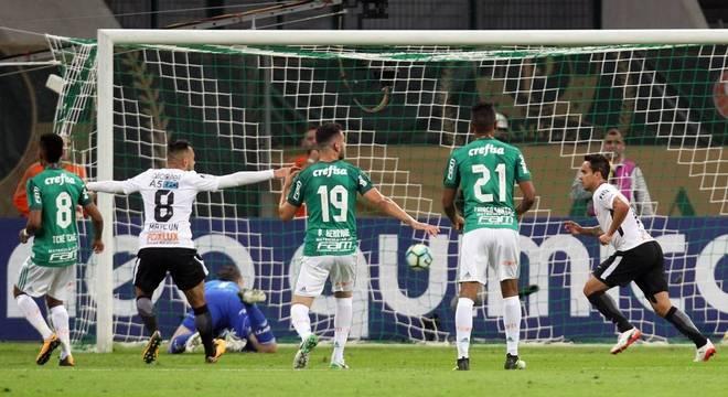 De pênalti Jadson marcou o primeiro gol do Timão. Foi o oitavo dele na temporada