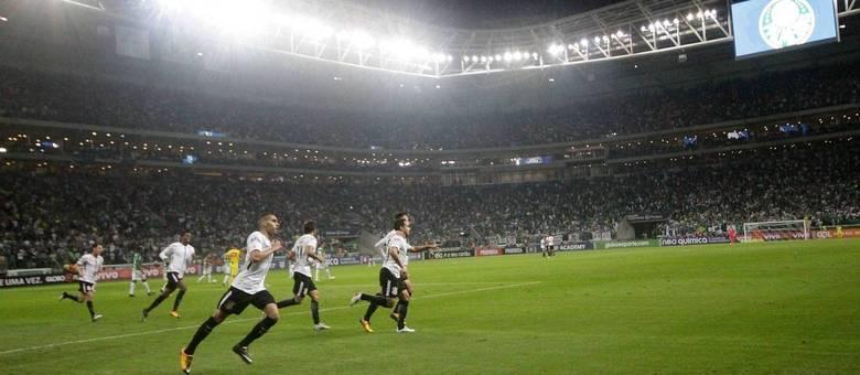 Jogadores do Corinthians correm para comemorar no Allianz Parque para a tristeza da torcida palmeirense