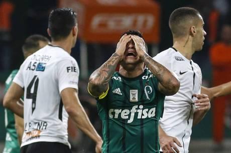 Dudu bem que tentou, mas o Palmeiras zerou em casa