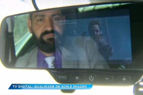 Motorista instalou dispositivo que permite assistir TV digital no retrovisor do carro