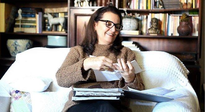 Elisabete Vanzin lê uma das mais de 200 cartas que diz ter recebido do filho morto; mensagens chegam durante sessões espíritas