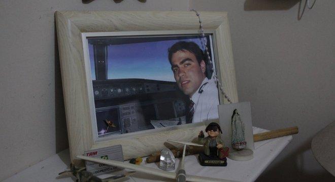 Miniaturas, crachá e foto de Vinicius Costa Coelho: copiloto da TAM viajava como passageiro do voo JJ 3054