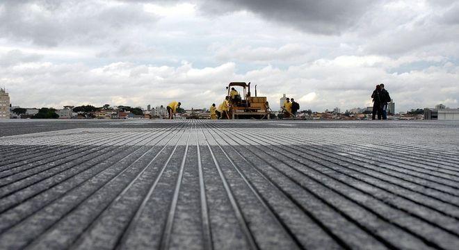 Uma semana depois do acidente, operários fizeram o grooving (ranhuras para escoamento de água) na pista principal do aeroporto de Congonhas