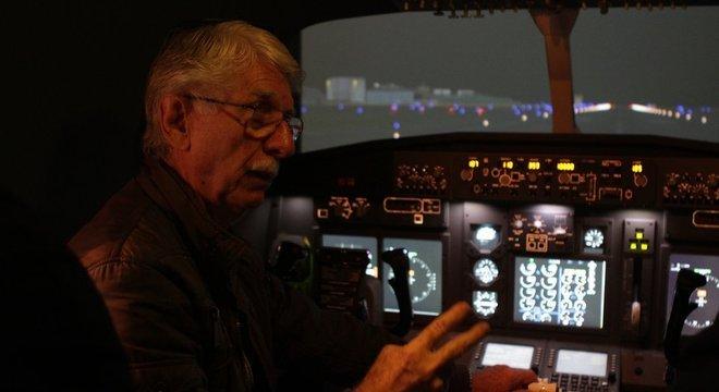 """Claudio Roberto Scherer, professor de Ciências Aeronáuticas, explica que deixar o manete acelerado em procedimento aterrissagem é """"antinatural"""" para um piloto"""