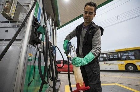 Técnico da ANP verifica qualidade do combustível em posto na zona leste de SP. Operação coordenada em julho visava identificar fraudes que causam prejuízo ao consumidor e aos cofres públicos