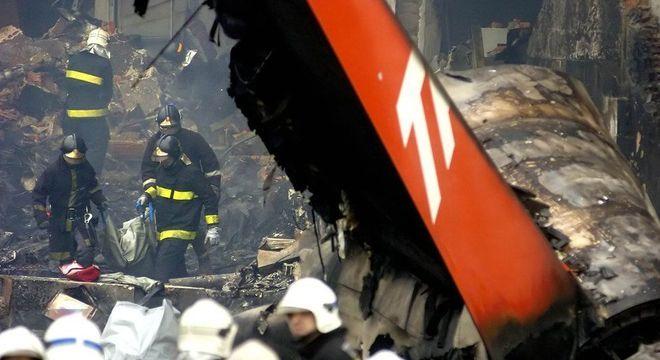 Bombeiros no local do acidente: intensidade da explosão condenou a estrutura do edifício que, implodido, deu lugar à praça Memorial 17 de Julho
