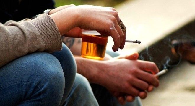 Cigarro e álcool são considerados fatores de risco para a doença de Alzheimer