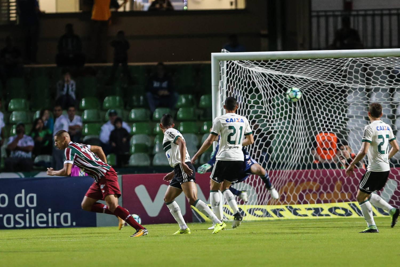 Richarlison marca o primeiro do Fluminense contra Coritiba