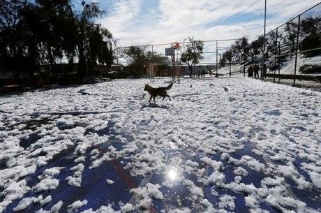 Massa de ar polar provocou a maior nevasca desde 1971 em Santiago, no Chile