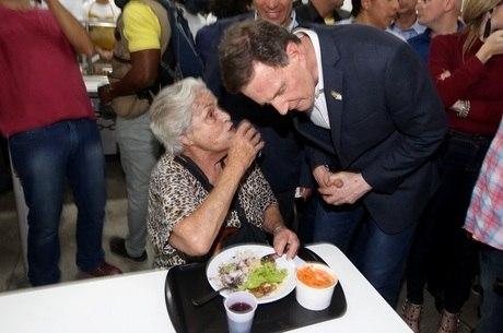 Aposentada  agradece a Crivella por reabertura de restaurante