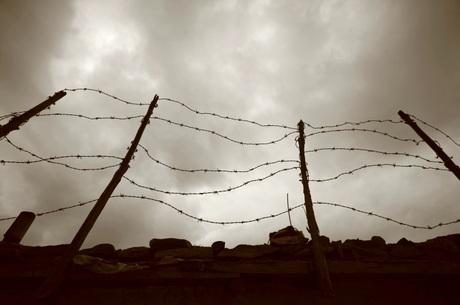 Cercas de arame farpado de campo de concentração