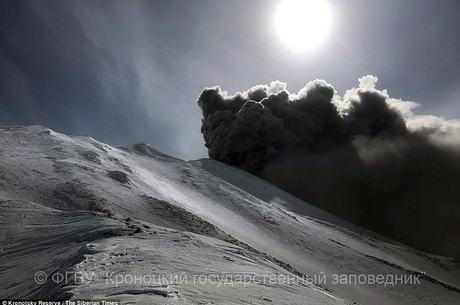 Vulcão (foto) na região entrou em erupção em março último