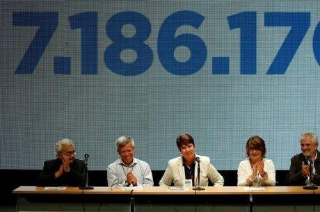 Reitores de universidades da Venezuela falam ao público após o plebiscito convocado pela oposição