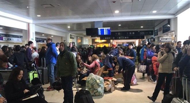 Aeroporto de Bariloche enfrenta caos com passageiros presos pela nevasca
