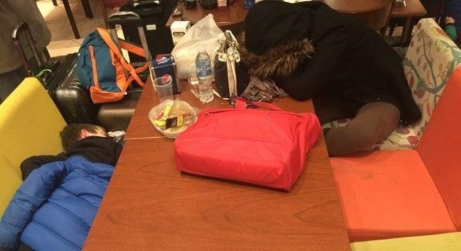 Exaustos, o filho e a mulher de Raul foram obrigados a dormir nos bancos do aeroporto