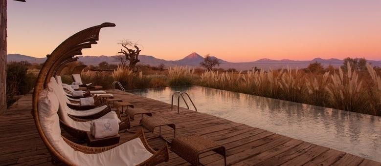Vista para cordilheira e o vulcão inativo Licancabur, da piscina do Tierra Atacama