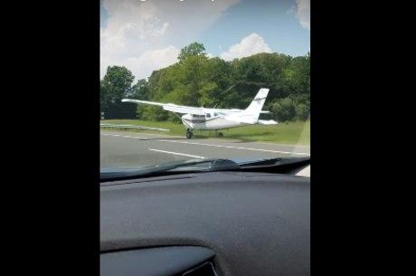 Pouso foi filmado por um veículo que estava alguns metros atrás da aeronave
