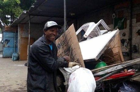O catador Rubens Cesário Gomez, 58, chega a carregar mais de 400 kg em sua carroça