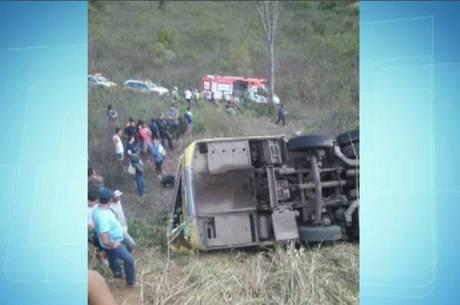 Ônibus cai em ribanceira e deixa ao menos seis mortos