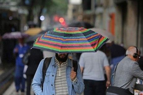 Os cariocas enfrentaram baixas temperaturas e chuva nesta quarta (19)