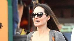 """Angelina Jolie desabafa após fim: """"Acho importante chorar no chuveiro"""" ()"""