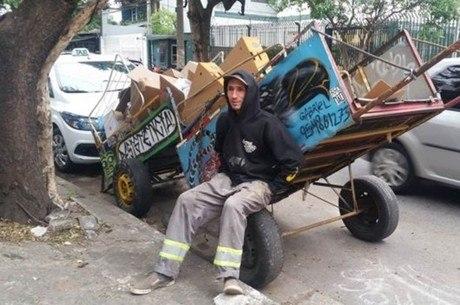 O carroceiro Gabriel Ortega trabalha como catador há 22 anos