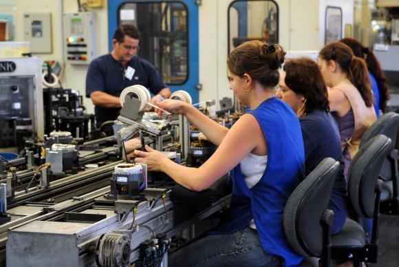 Brasil fecha mais empresas do que abre, aponta o IBGE