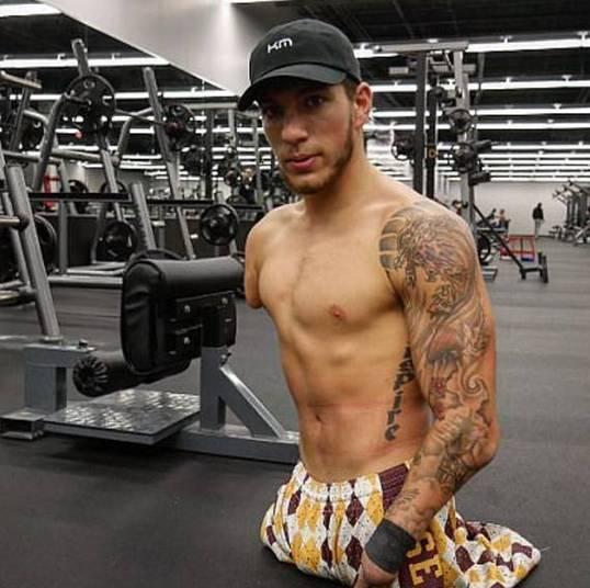 Uma das redes sociais do jovem atleta também está repleta de selfies na academia. Ele mostra sua rotina rígida de treinos