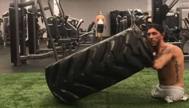 Santonastasso é frequentemente filmado carregando pneus de 70 kg em uma academia em Tampa, na Florida (EUA)