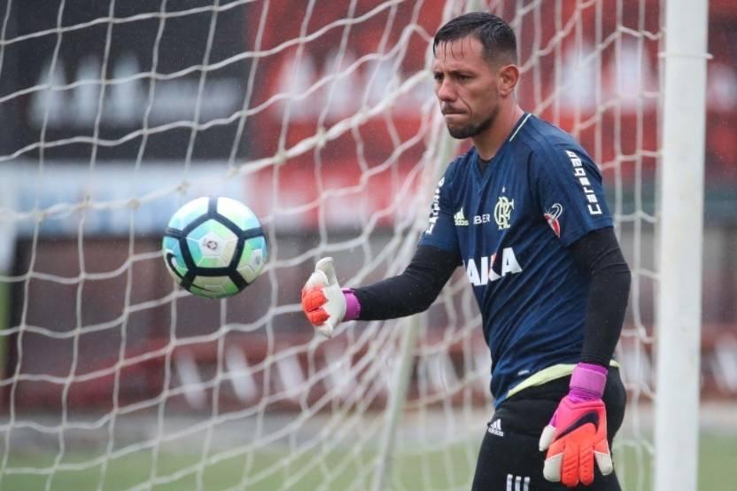 Diego Alves é liberado para treinamentos no Flamengo