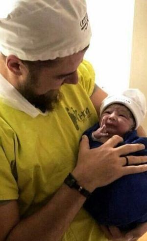 Zé Neto segura seu primeiro filho