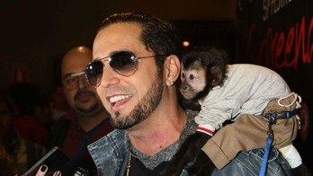 Vejaas regalias de Twelves, o macaco do cantor Latino (MF Press Global)