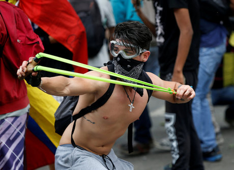 Manifestantes e policiais entram em confronto na Venezuela