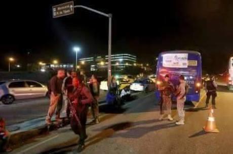 Policial do Bope que estava no ônibus reagiu ao assalto e feriu uma passageira