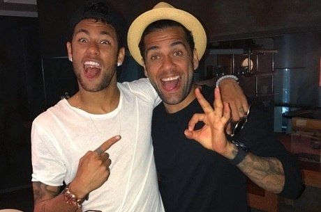 Daniel Alves e Neymar têm estilos diferentes?