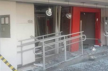 De acordo com a Polícia, criminosos não levaram nada do banco