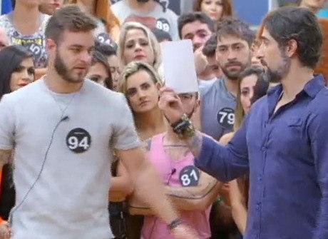 Em votação tensa, Mattioli expulsa seis moradores do reality show