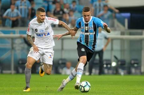 Alisson e Luan disputam lance na Arena do Grêmio