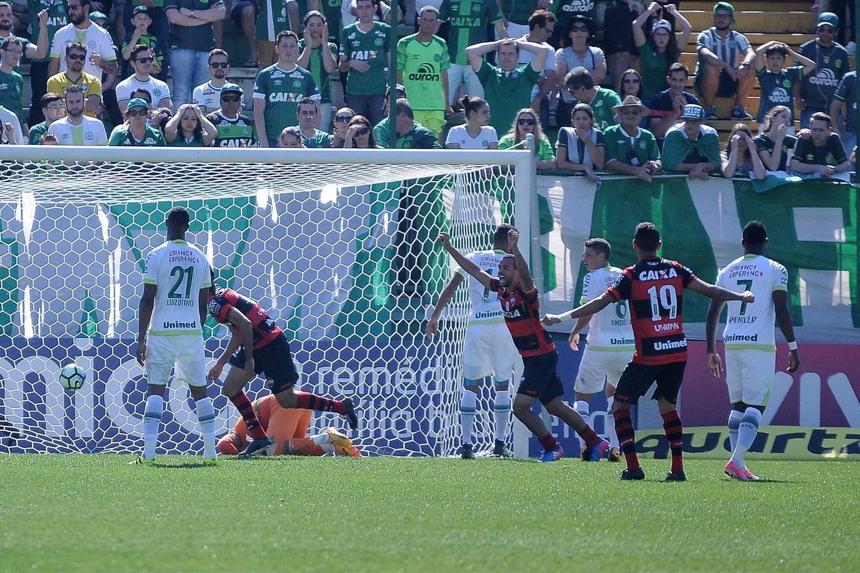 Atlético-GO bate Chapecoense e volta a vencer após nove rodadas