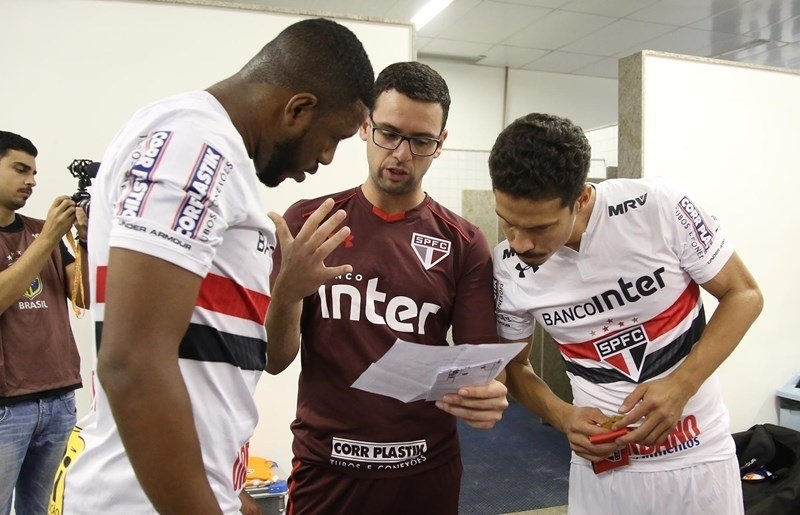São Paulo perde do Coritiba e volta para a zona de rebaixamento