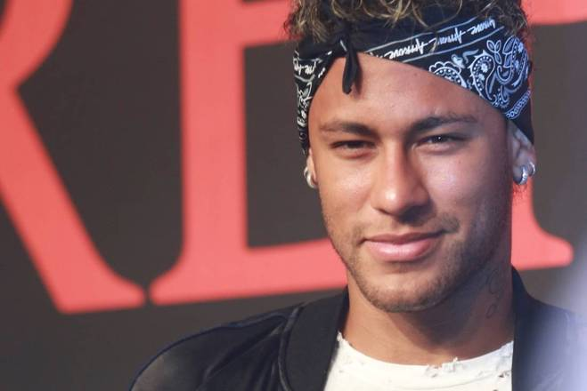 Em uma negociação de mais de 222 milhões de euros (mais de R$ 820 milhões) o Paris Saint-Germain terá Neymar como seu mais novo reforço. O craque brasileiro deixou o Barcelona em troca de um salário de 30 milhões de euros por ano (R$ 111 milhões). É tanta grana que ele poderia pagar por coisas que você nem imagina. Sabe quanto Neymar vai faturar por segundo, por exemplo? Descubra na galeria a seguir:
