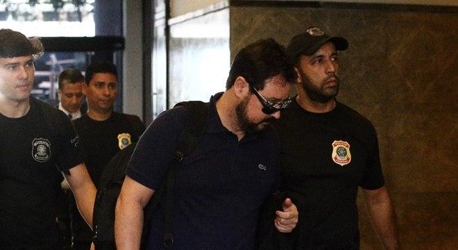 Alexandre Pinto, ex-secretário municipal de obras do Rio de Janeiro, chega à Polícia Federal