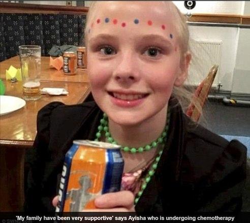 Uma garota de 13 anos, de Blackpool, na Inglaterra, sofreu durante mais de um ano com dores de garganta. A suspeita dos médicos era de que Ayisha Green tinhaamigdalite. No entanto, descobriu-se que ela estava com leucemia — câncer que diminui os níveis de glóbulos brancos. As informações são do jornal britânico Daily Mail