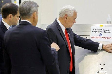 Vice-presidente americano Mike Pence desrespeita aviso para não encostar em equipamento da Nasa