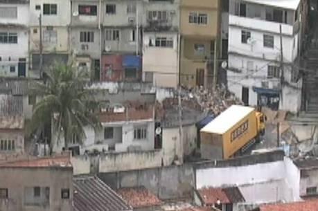 Helicóptero da Record TV Rio flagrou pessoas saqueando caminhão