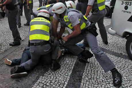 PMs imobilizando manifestante em protesto em SP